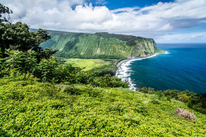 Waipio Valley on Hawaii iStock_000088897951_Large-2