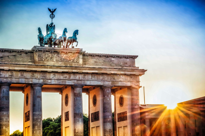 Brandenburger Tor with Quadriga in Berlin at sunset iStock_96864185_XLARGE-2_komprimiert