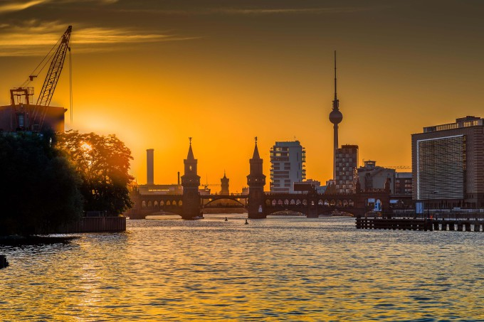 Classic view of Berlin skyline with Spree river and Oberbaum Bridge in beautiful golden evening light at sunset, Germany_shutterstock_508514413-1_klein