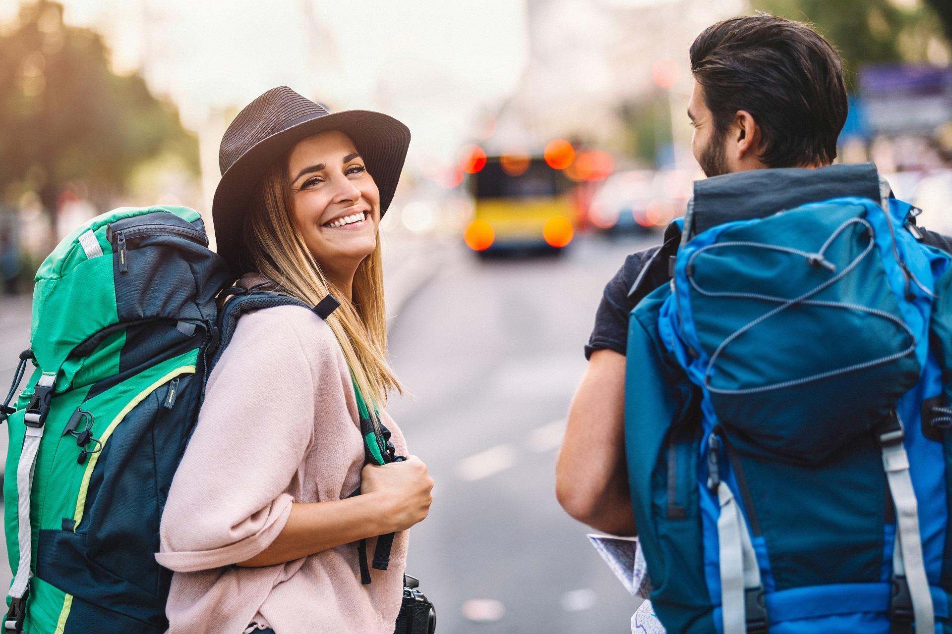 Ein Backpacker Pärchen ist auf dem Banana Pancake Trail unterwegs