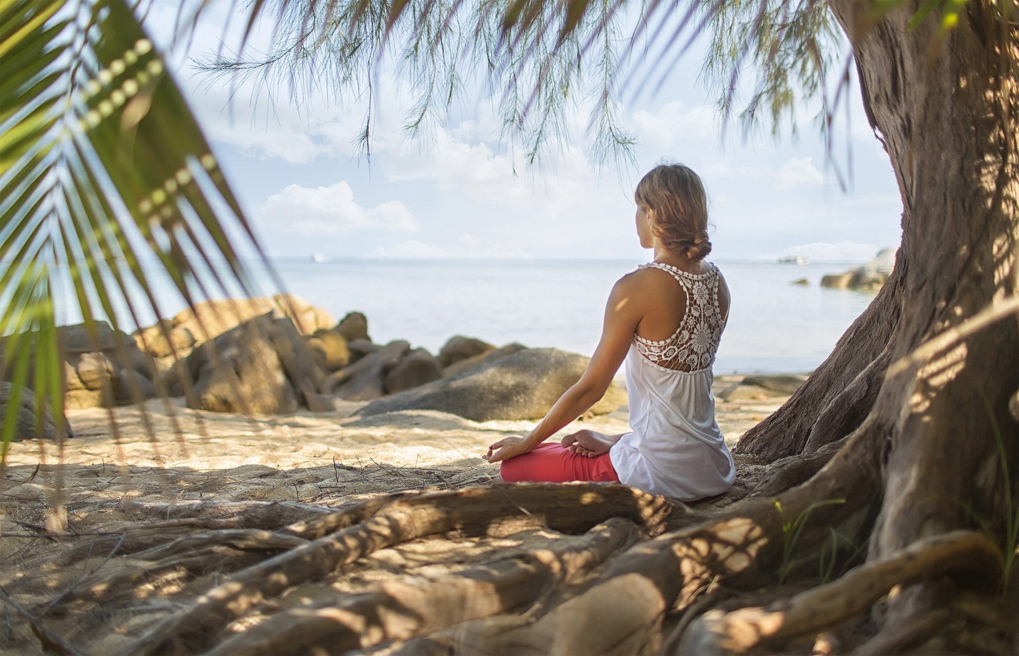 Meditation am Strand beim Digital Detox