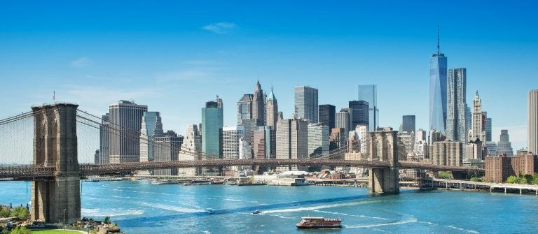 Brooklyn Bridge und Skyline von New York
