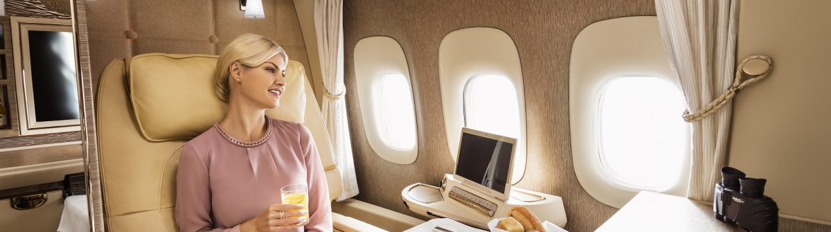 Frau beim Dinner in der First Class Suite von Emirates