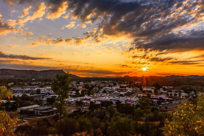 Sonnenuntergang über Alice Springs im Outback vom Northern Territory in Australien.
