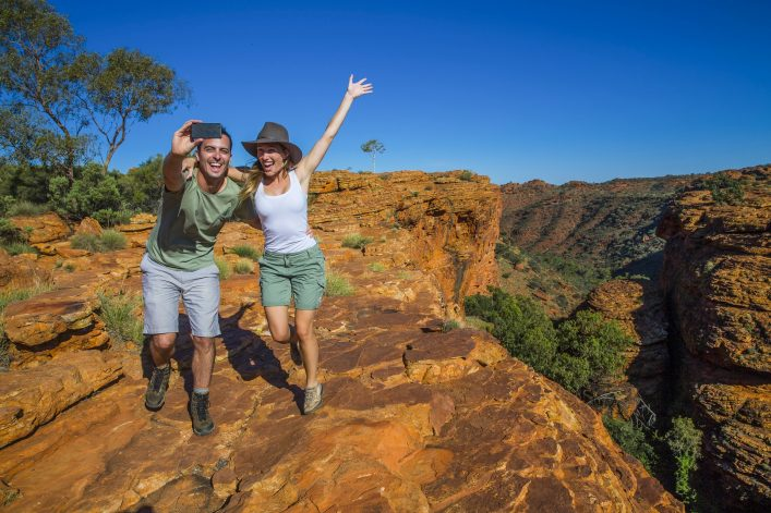 Paar macht ein Selfie am Kings Canyon Rim Walk