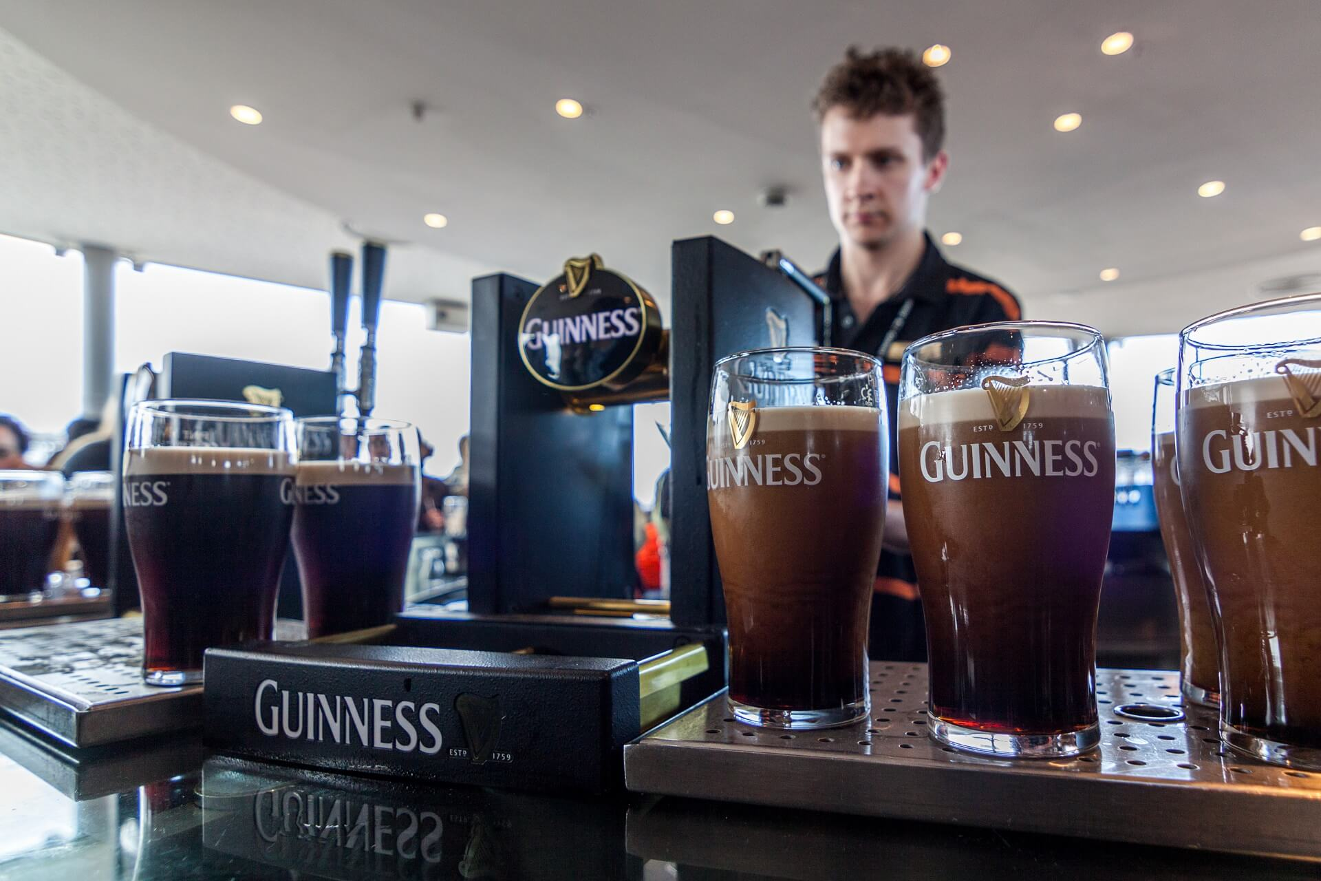 Ein Pint Guinness kann man in der Gravity Bar des Guinness Storehouse in Dublin genießen