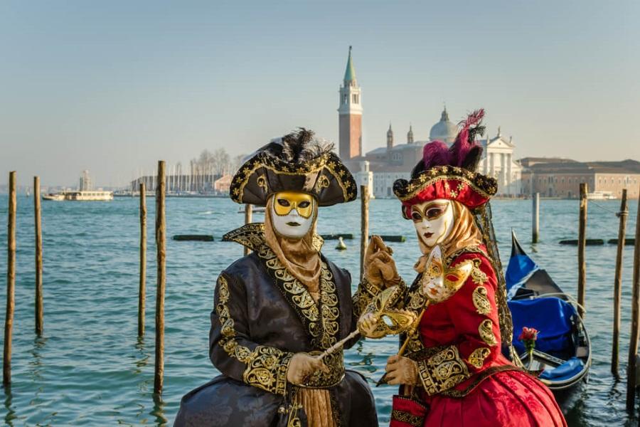 Zwei verkleidete Personen in Venedig