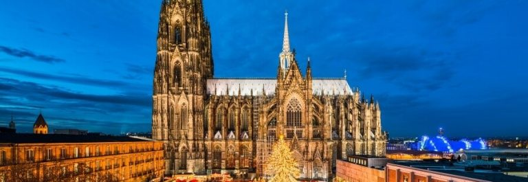 Christmas-market-in-front-of-the-Cathedral-of-Cologne-Germany-shutterstock_694776442_900x600