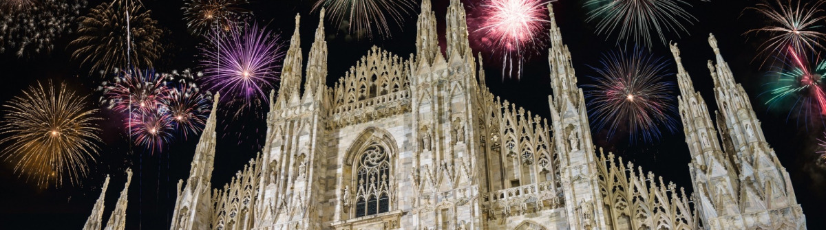 Duomo-cathedral-with-fireworks-celebration-of-New-Year-in-Milan-Italy_600718304