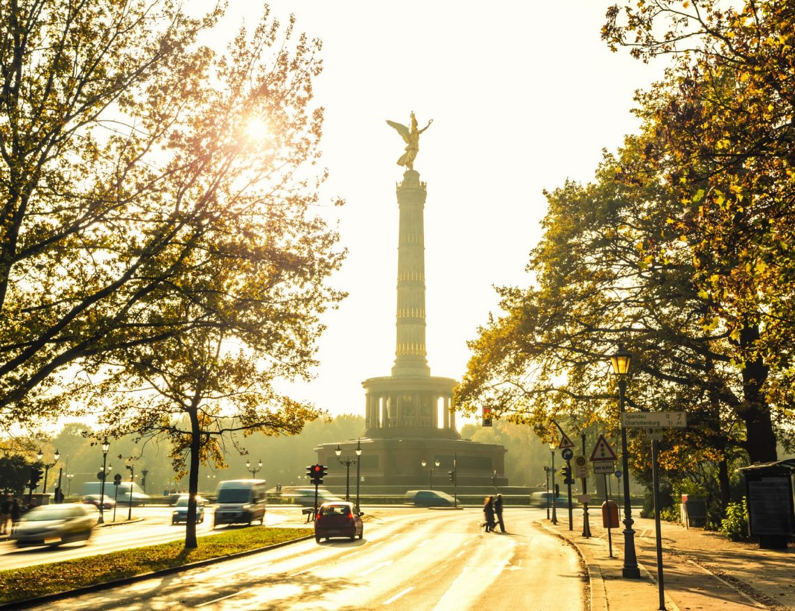 Statue-Of-Victoria-with-sunlight-iStock_000050636434_Large-2