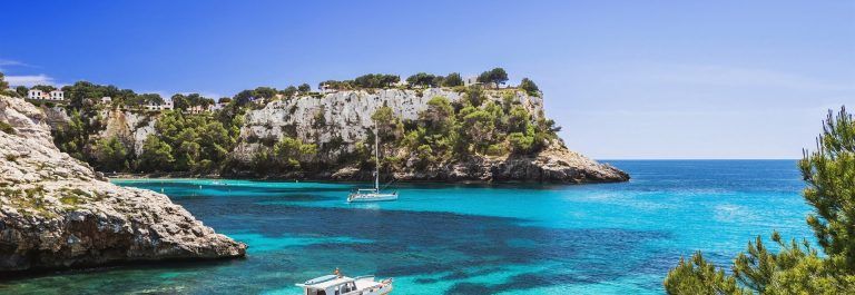 Menorca-Beacht-with-boat-shutterstock_1079756264