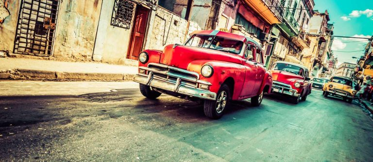 Roter Oldtimer in Havanna